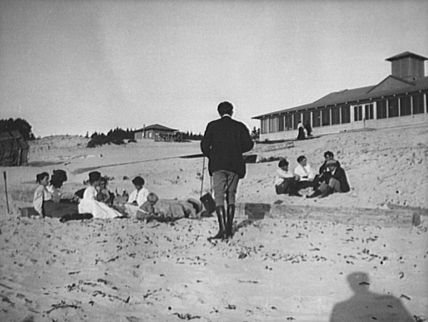 Members of the Carmel bohemian colony, on the beach, with Mary Austin and Jack London in the middle of the group at upper right