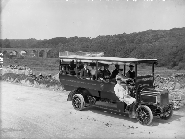 Bus from early 1900s