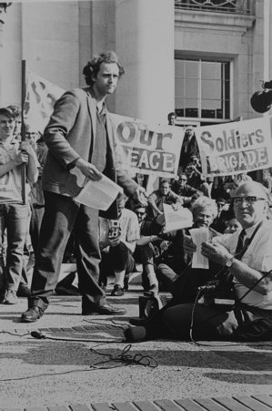 Mario Savio on the steps of the main administration building at Cal (Credit: Mjlovas/Gabbe)